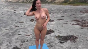 Nude mature gets a buzz out of fitness