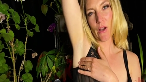 Sex scene escorted by very kinky babe Mona Wales