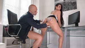 Brunette Andreina De Luxe ass pounded in office